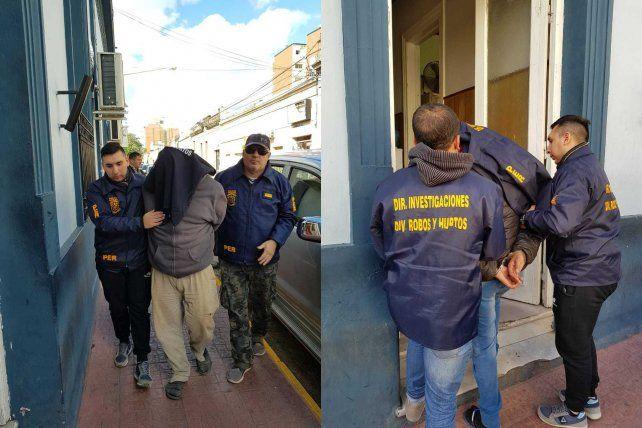 Los detenidos ingresando a la dependencia policial en calle Villaguay.