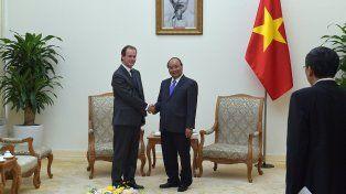 El gobernador estrecha la mano de una de las máximas autoridades del país asiático.