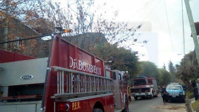 Problema eléctrico. Cuatro dotaciones de bomberos trabajaron en el doble incendio.