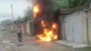 Fue a chusmear el incendio en una casa y salió volando por la explosión