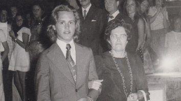 Maschio junto a su madre,Alejandrina Laffitte. Foto del libro No son solo memoria.