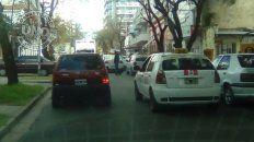 Doble filaEn calle Buenos Aires donde está el sanatorio es imposible pasar porque hay muchos vehículosparados en doble fila, en especial los taxis. Los inspectores de Tránsito por lo que veo en el UNOestán ocupados en cosas más importantes, no todos, pero qué poco control que hay en las calles.