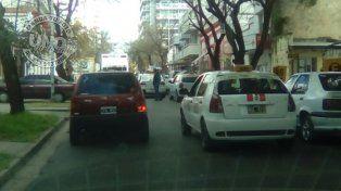 Doble filaEn calle Buenos Aires donde está el sanatorio es imposible pasar porque hay muchos vehículosparados en doble fila
