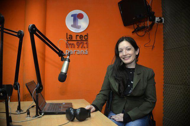 Liz le regaló una sonrisa a la cámara en el estudio de 97.1 La Red Paraná.