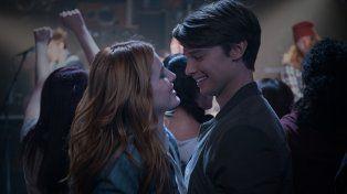 Bella Thorne y Patrick Schwarzenegger protagonizan Amor a Medianoche.