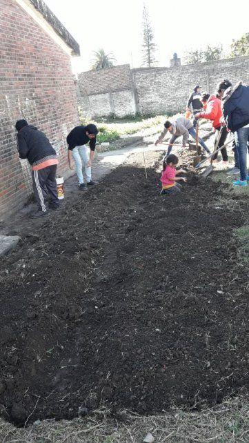 Huerta comunitaria. Los chicos trabajnen equipo
