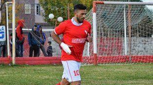 En su casa. Santiago Aguirre estuvo presente en la victoria del Rojo ante Deportivo Bovril. El Tanque anotó dos goles y fue expulsado.