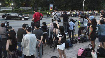 Expectativa. Camarógrafos de todo el mundo, pero también habitantes de Singapur, esperaron el paso de la limusina de Kim Jong-un.