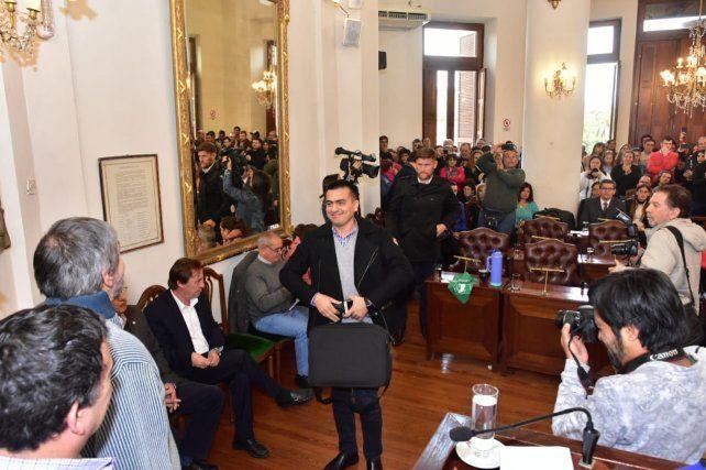 David Cáceres encabeza la fila de concejales del FPV que abandonaron el recinto.