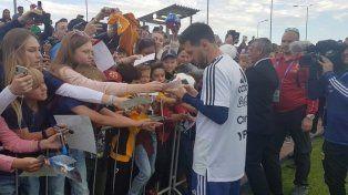 Messi firmó autógrafos en la concentración.