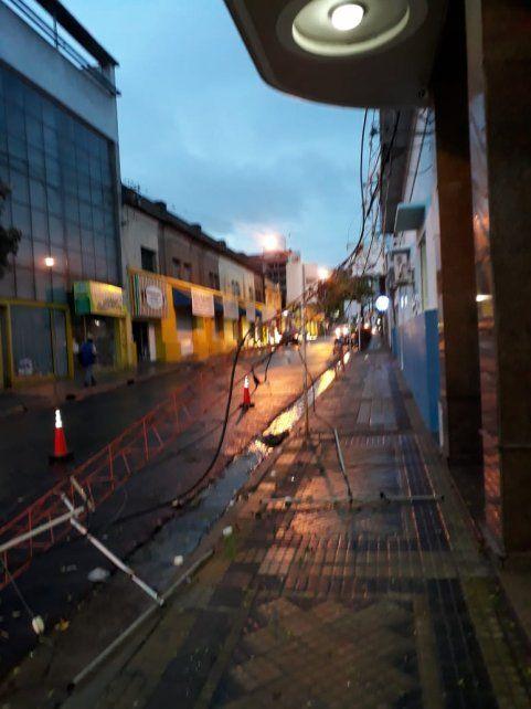 La lluvia y los fuertes vientos afectaron a varios puntos de la ciudad. Hubo 30 voladuras de techos.