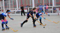 En acción. Las chicas jugaron desde la tarde de ayer y hoy seguirán los juegos en cancha de Talleres.
