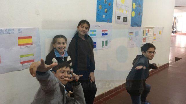 En francés. Alumnos de la Secundaria N° 37 Manuel Belgrano ilustraron el establecimiento con las banderas de los distintos equipos.