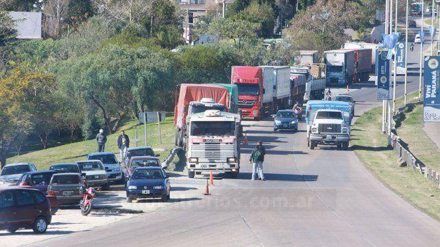 Paro de Camioneros: Gendarmería quiso retirar camiones brasileños de una estación de servicio, en Colón