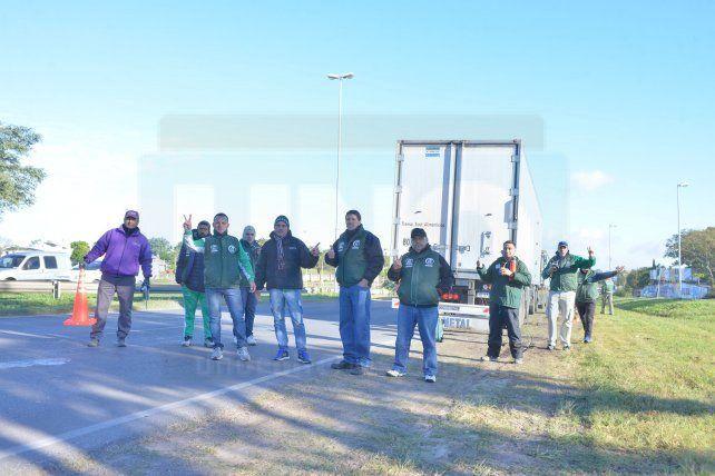 <b>Paro.</b> Camioneros entrerrianos a la vera del Acceso Norte