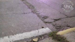 Ver para creer.Esta zanja está en Ramírez y Brown. Debe hacer fácil un año. Es dañino para autos y motos, pero es increíble cómo los peatones sufren torceduras de tobillo al cruzar. Espero que si lo arreglan lo hagan bien, ya que en muchos lugares han hecho chanchadas que duran hasta la lluvia siguiente. Gracias UNO.