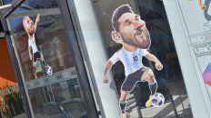 a horas del debut de argentina en rusia, el espiritu futbolero invade las vidrieras