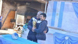 Con la Copa. Parananeses disfrutan de sacarse una foto