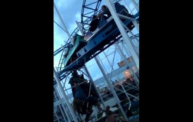 Dos personas caen y otras quedaron colgando de una montaña rusa