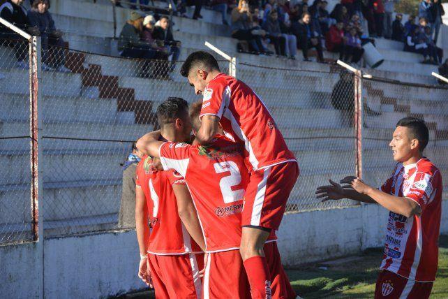 Atlético Paraná goleó en el día de su cumpleaños