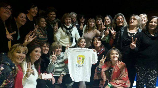 Blanca Osuna en el medio del grupo de mujeres peronistas. Abajo una militante sostiene la remera con la consigna PJ Digital.