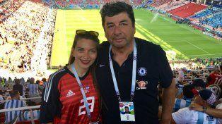 Gabriela Caballero y su padre en la predio del encuentro entre el seleccionado argentino e Islandia.