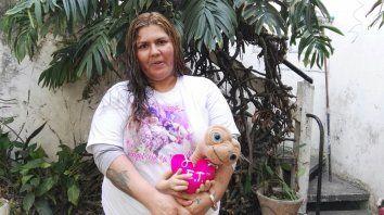 Natalia Bolzán con la remera que tiene la foto de Antonella y el muñeco que su hija llevaba para todos lados.