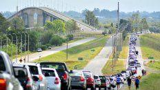 Ida y vuelta. Hasta abril se registraban largas colas de argentinos que cruzaban la frontera, la tendencia comenzó a cambiar.