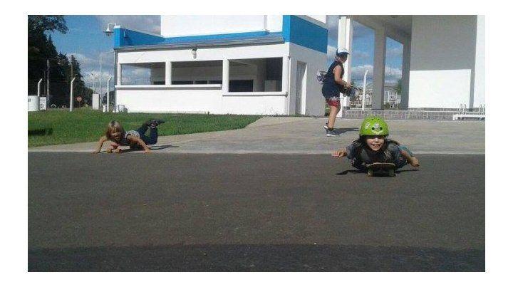 Los chicos de Arbolar en una salida de aprendizaje en skate.