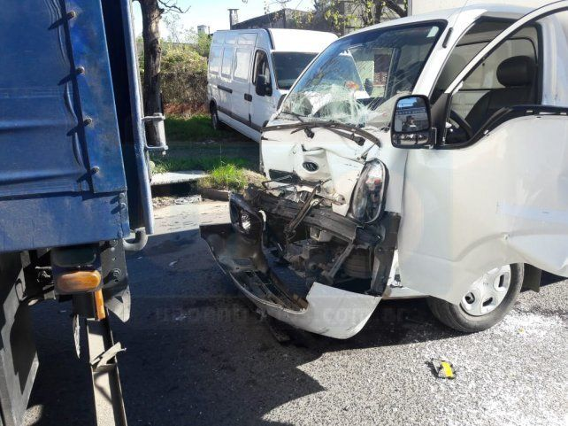 Accidente de transito. Dos camiones chocaron en la intersección de calles Zanni y Hernandarias de Paraná.