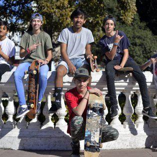 Simón, Candela, Niga, Bruno, Fausto y Nano en la plaza 1° de Mayo.