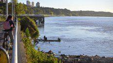 La costa. Cuando el río parece alejarse deja al descubierto basura y barro; ayer iniciaron un saneamiento en las playas.