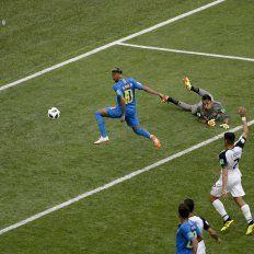Neymar aseguró la victoria de Brasil al anotar el 2-0 a los 96 minutos.