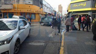 Accidente de tránsito. Un auto y una moto colisionaron en la esquina de calles Perú y Pellegrini de Paraná