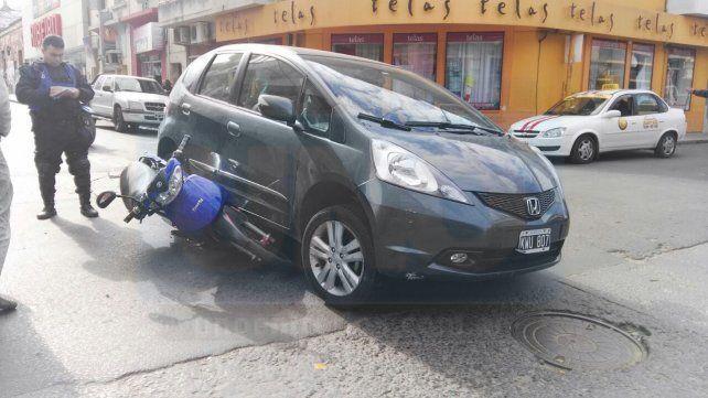 Choque en centro de Paraná. Un auto y una moto colisionaron en la esquina de Perú y Pellegrini