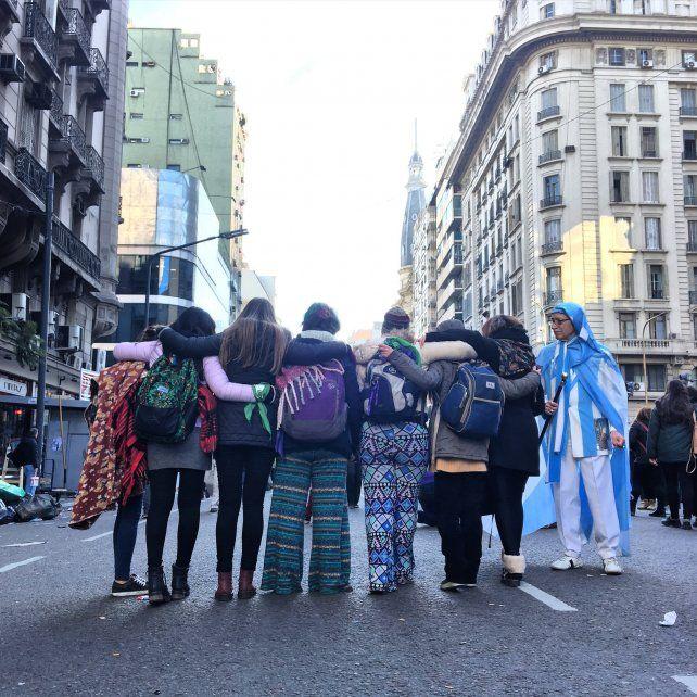 Paranaenses en lucha. Cerca de 30 mujeres viajaron desde la capital entrerriana al Congreso de la Nación para presenciar la jornada histórica.