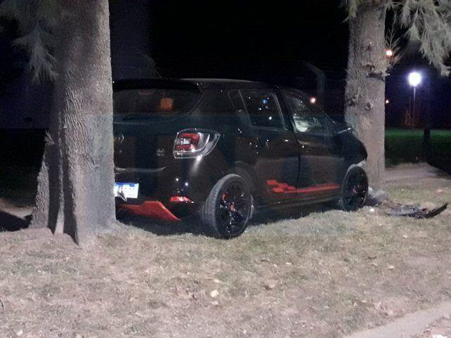 Daños frontales. El auto quedó muy abollado al terminar entre los dos árboles.