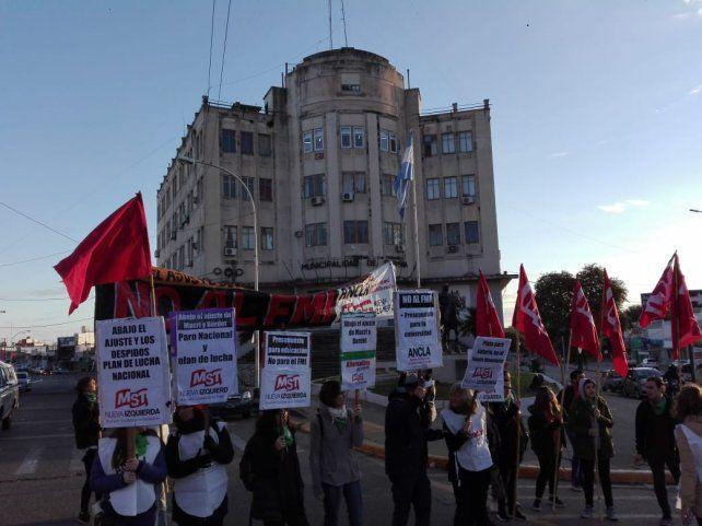 Los militantes frente al edificio de la Municipalidad de Paraná.