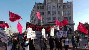 Manifestantes levantan las banderas en la lucha que están dando en la calle.