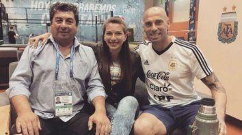Gabriela junto a su padre (a la izquierda) y Wilfredo Caballero en la concentración del seleccionado argentino.