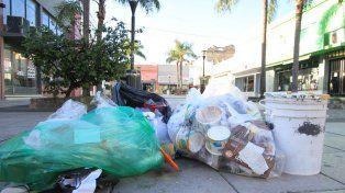 El centro de Paraná amaneció con basura en las calles y un acatamiento dispar en el comercio.