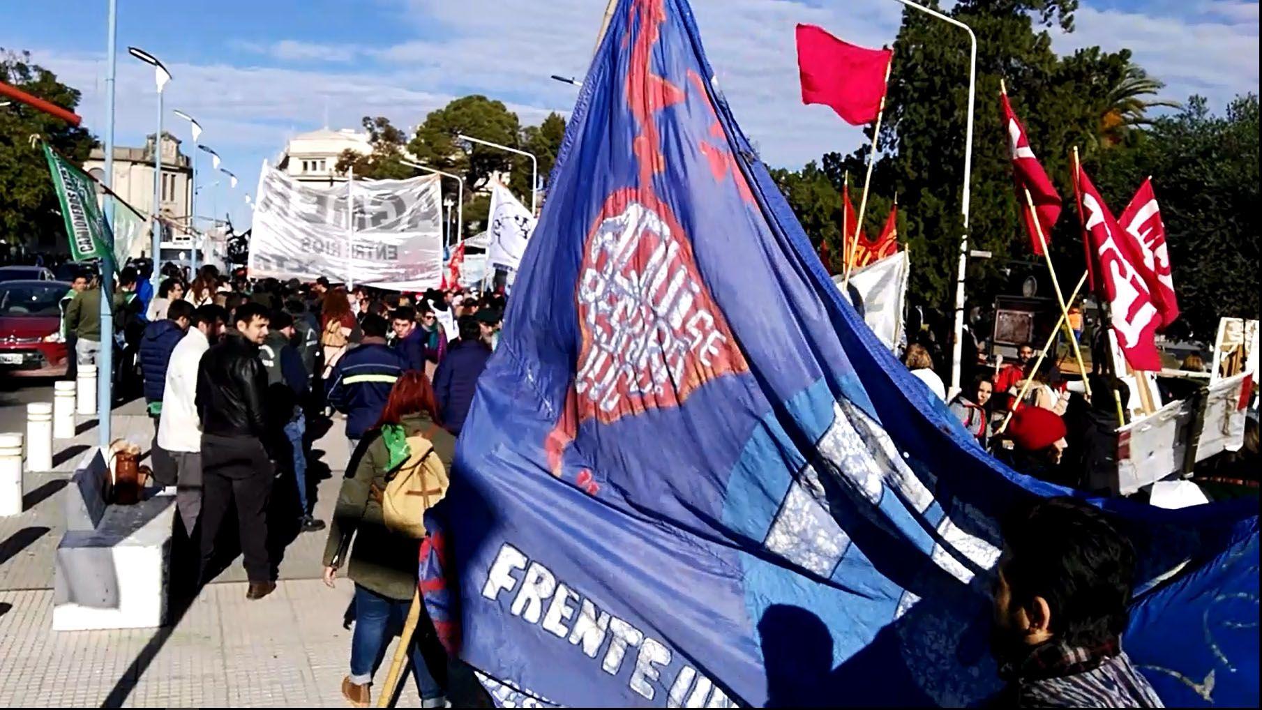 La bandera del Frente Universitario llegando a la movilización.