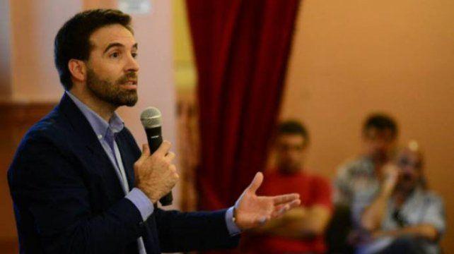 Damián Verzeñassi disertando en la Cámara de Diputados de Entre Ríos.