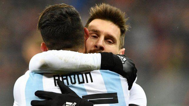 Selección.Lionel Messi abrazando a Cristián Pavón
