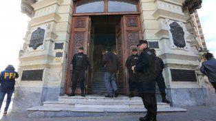 Tres allanamientos.Hoy se requisó la oficina del concejal Gainza en el palacio municipal.