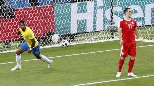 Paulinho celebra la conquista que clasifica a Brasil a la siguiente fase.