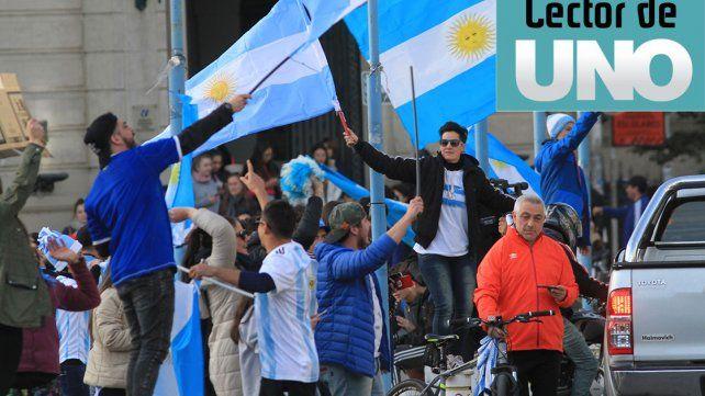 Vamos Argentina. La Plaza 1° de Mayo se tiñóde celeste y blanco en una fiesta futbolera.Cómo se dio vuelta el periodismo porteño con la Selección. Los verdaderos hinchas tenemos quehacerle el aguante. ¡Vamos Argentina! Estuve en la Plaza 1° de Mayo y fue una fiesta