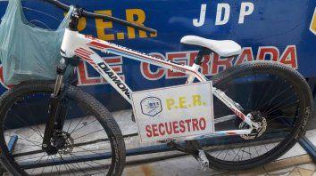 Le salió caro. El hombre de 39 años que robó esta bicicleta, terminó internado y muy lesionado.