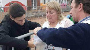 Los docentes de Uruguay entregan el petitorio destinado al presidente.