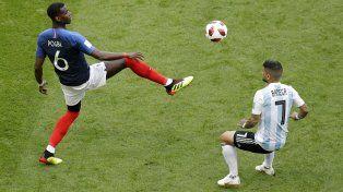 Pogba disputa el balón con Banega